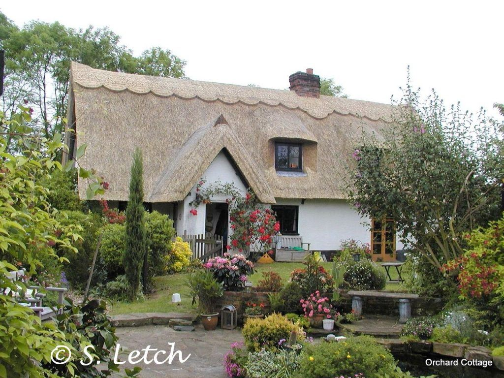 East Anglia Thatch - Longstraw Essex rolled gable